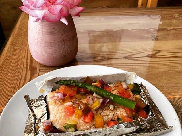 Le Serac Escalope de saumon en papillote, légumes de saison (Salmon baked filet, seasonal vegetables)