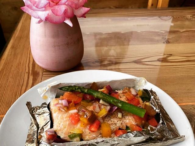 Le Serac Escalope de saumon en papillote, légumes de saison (Salmon baked filet, seasonal vegetables)